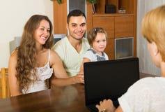 Ассистент банка и удовлетворенная семья Стоковое фото RF
