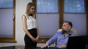 Ассистент бизнесмена не может справиться с заказами Респектабельный человек делать его подчиненный видеоматериал