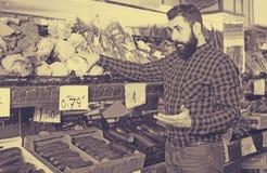 Ассистент демонстрируя цветные капусты Стоковая Фотография RF