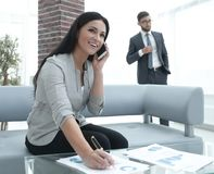 Ассистент женщины на рабочем месте в офисе Стоковое фото RF