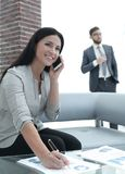 Ассистент женщины на рабочем месте в офисе Стоковое Изображение