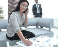 Ассистент женщины на рабочем месте в офисе Стоковое Изображение RF