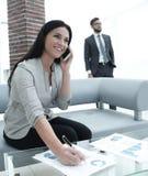 Ассистент женщины на рабочем месте в офисе Стоковые Изображения RF
