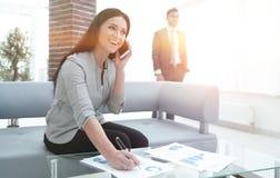 Ассистент женщины на рабочем месте в офисе Стоковые Фото