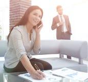 Ассистент женщины на рабочем месте в офисе Стоковые Изображения