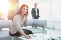 Ассистент женщины на рабочем месте в офисе Стоковая Фотография