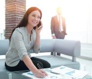 Ассистент женщины на рабочем месте в офисе Стоковые Фотографии RF