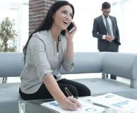Ассистент женщины на рабочем месте в офисе Стоковое Фото