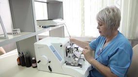 Ассистент лаборатории выполняет исследование в патологической лаборатории анатомии видеоматериал