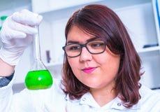 Ассистент лаборатории в лаборатории качества пищи стоковая фотография