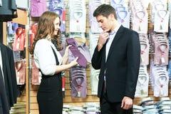 ассистент одеяния одевает покупку человека Стоковая Фотография RF