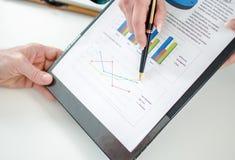 Ассистент показывая диаграммы к ее боссу Стоковое фото RF