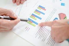 Ассистент показывая диаграммы к ее боссу Стоковое Изображение RF