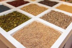 Ассортименты семян внутри белого приданного квадратную форму отсека стоковые фото