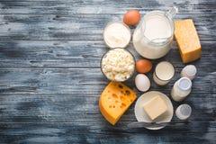 Ассортимент бакалеи молочных продучтов на деревенском деревянном столе Стоковое Изображение