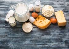 Ассортимент бакалеи молочных продучтов на деревенском деревянном столе Стоковое фото RF