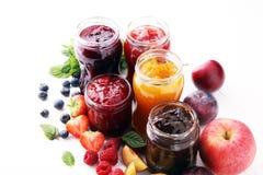 Ассортимент варениь, сезонных ягод, слив, мяты и плодоовощей стоковое изображение