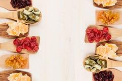 Ассортимент высушенных плодоовощей на деревянных ложках на белой предпосылке Стоковая Фотография