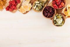 Ассортимент высушенных плодоовощей на деревянных ложках на белой предпосылке Стоковые Фото