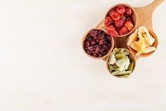 Ассортимент высушенных плодоовощей на деревянных ложках на белой предпосылке Стоковая Фотография RF