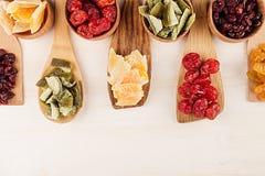 Ассортимент высушенных плодоовощей на деревянных ложках на белой предпосылке Стоковое Изображение RF
