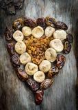 Ассортимент высушенных смокв, изюминок и дат в форме сердца Стоковые Изображения