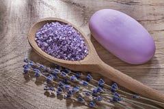 Ассортимент мыла бара лаванды деревянного соли моря ложки кристаллического сухого на деревянной концепции здравоохранения доски Стоковое Фото