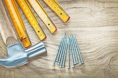 Ассортимент ногтей конструкции метра молотка с раздвоенным хвостом деревянных дальше сватает Стоковое Изображение RF