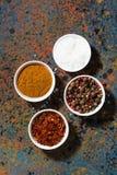 Ассортимент перца, различных специй и соли моря в шаре Стоковые Фотографии RF
