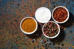 Ассортимент перца, различных специй и соли моря в шаре Стоковое Изображение RF