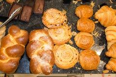 Ассортимент печениь, круассанов, шоколадных тортов Стоковая Фотография RF