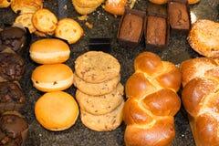 Ассортимент печениь, круассанов, шоколадных тортов Стоковые Фото