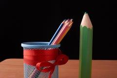 Ассортимент покрашенных покрашенных карандашей рисовать рисовал покрашенные рисуя карандаши в разнообразие цветах Стоковые Фотографии RF
