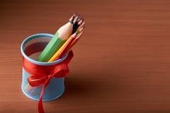 Ассортимент покрашенных покрашенных карандашей рисовать рисовал покрашенные рисуя карандаши в разнообразие цветах Стоковые Изображения