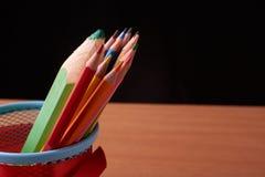 Ассортимент покрашенных покрашенных карандашей рисовать рисовал покрашенные рисуя карандаши в разнообразие цветах Стоковое фото RF