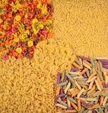 Ассортимент покрашенных сырых итальянских макаронных изделий как предпосылка Стоковое Изображение RF