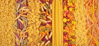 Ассортимент покрашенных сырых итальянских макаронных изделий как предпосылка Стоковое Изображение