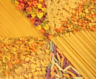 Ассортимент покрашенных сырых итальянских макаронных изделий как предпосылка Стоковая Фотография