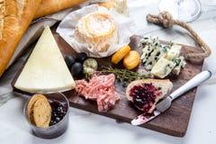 Ассортимент плиты сыра различных типов сыра Стоковые Изображения
