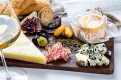 Ассортимент плиты сыра различных типов сыра Стоковые Изображения RF