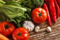 Ассортимент различных свежих овощей на деревенском деревянном столе Стоковое Фото