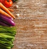Ассортимент различных свежих овощей на деревенском деревянном столе Стоковая Фотография