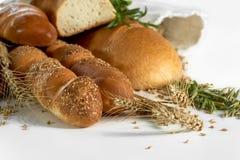 Ассортимент свежего хлеба изолированный на белизне Стоковые Изображения RF