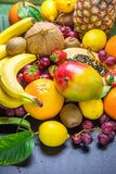 Ассортимент свежей ладони тропических и лета сезонной плодоовощей ананаса папапайи манго кокоса апельсинов кивиа бананов лимонов  Стоковые Изображения RF