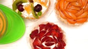 Ассортимент свеже испеченных печениь плодоовощ сток-видео
