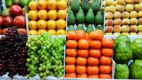 Ассортимент свежих фруктов и овощей на счетчике рынка стоковое изображение rf