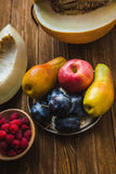Ассортимент свежих фруктов и ягод Приносить слива, яблоко, груша Стоковые Изображения