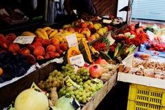 Ассортимент свежих фруктов на рынке Стоковые Изображения RF