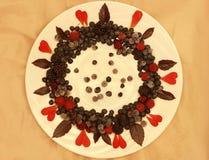 Ассортимент свежо скомплектованных ягод на белой предпосылке сформированной как круг стоковое изображение rf