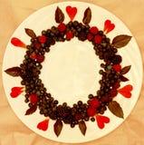 Ассортимент свежо скомплектованных ягод на белой предпосылке сформированной как круг стоковая фотография rf